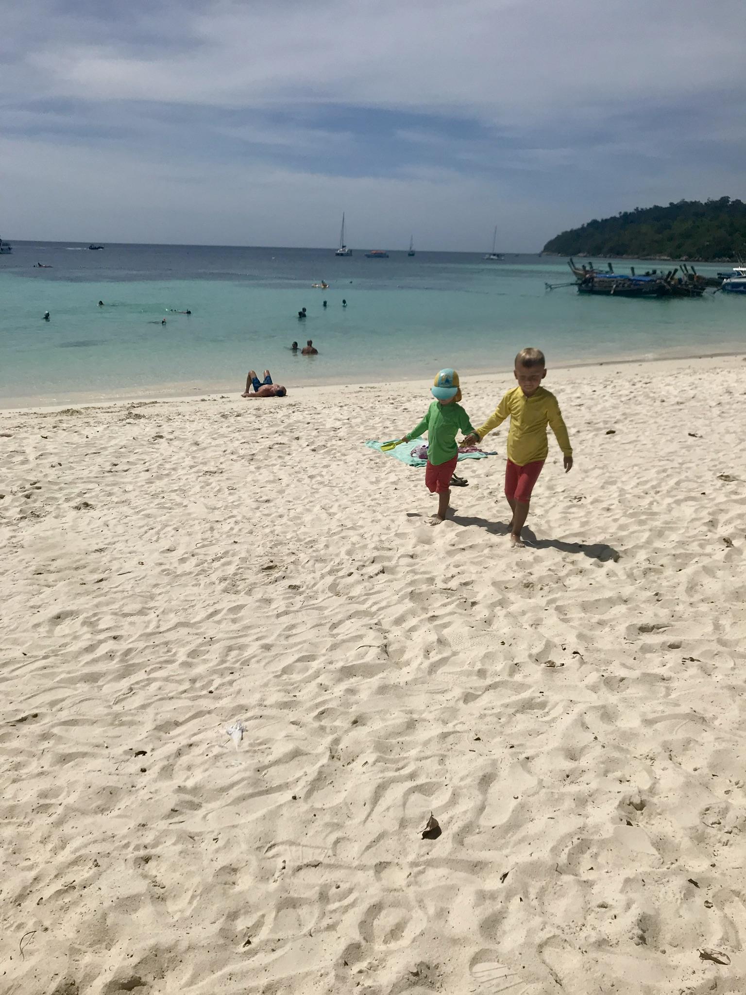 Love och Valter på Pattaya Beach, Koh Lipe.