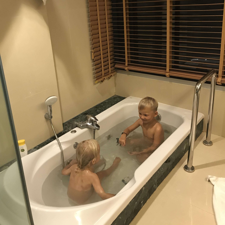 Barnen badar på hotellet i Bangkok.