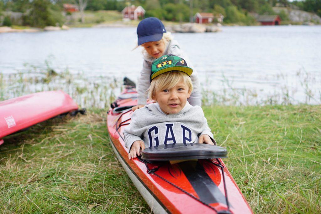 Barnen i kanot.
